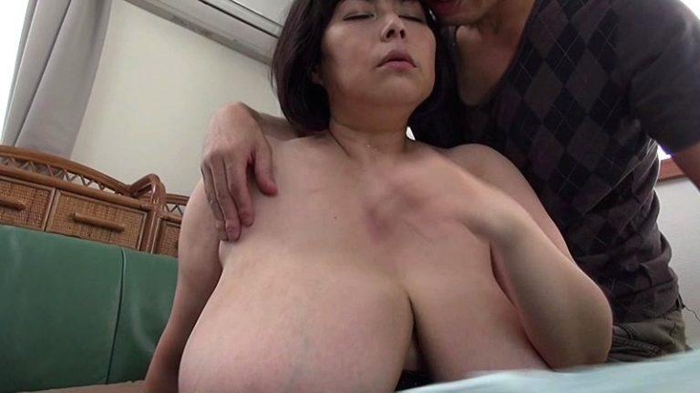 母の乳房僕のお母さんは信じられないほどの爆乳なんです富沢みすず