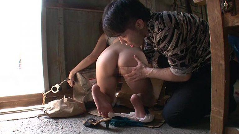 手錠の鍵は波多野結衣のマ○コの中 下半身丸出しの美人妻に「鍵を取って下さい」と助けを求められたら犯さずにいれますか?
