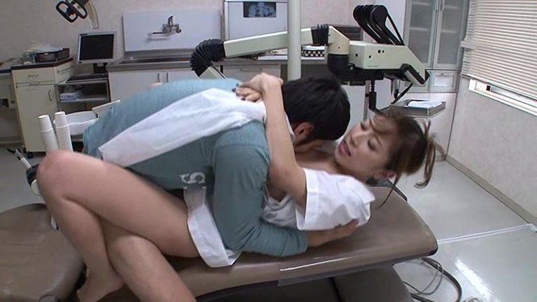 おっぱい丸出しで診療する巨乳だらけの歯科医院