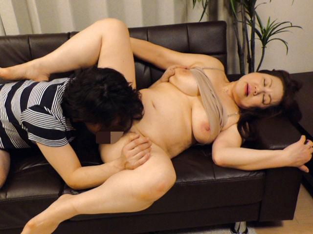 実家のおばを寝盗るべさ 甲府の100cm爆乳叔母 富岡亜澄62歳