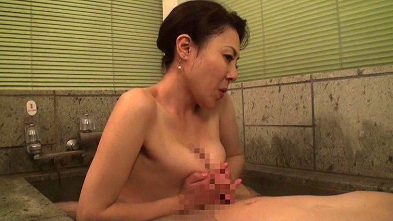 ま、まさか、50過ぎの母親の裸体で勃起するなんて…決して裕福ではない母子家庭でシングルマザーとして懸命にボクを育ててくれた母との温泉旅行。二人っきりの混浴風呂で久しぶりに見た母さんの熟れた乳房に目が釘付けに…3