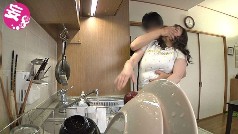 熟女の軟乳、突然背後から乳もみ 50代総集編