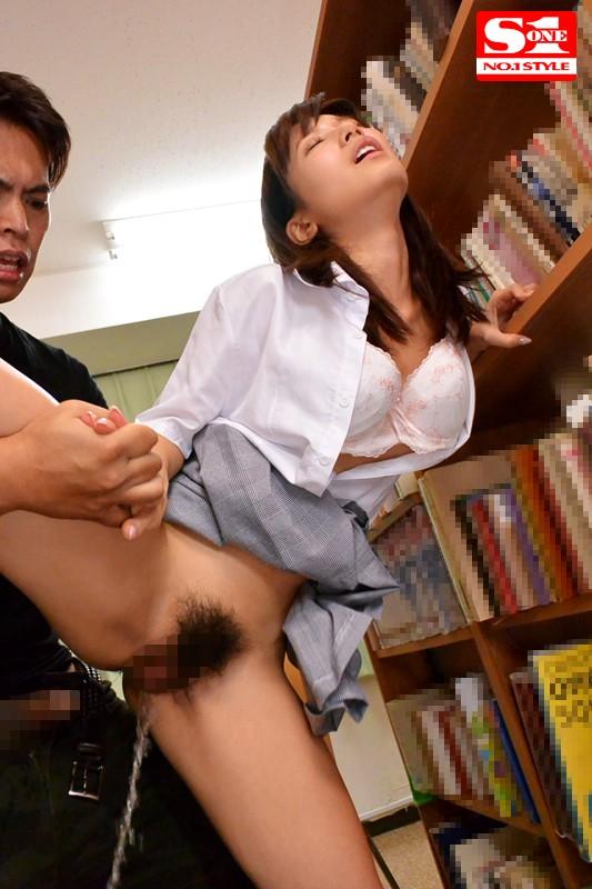 図書館で声も出せない状況で媚薬を仕込まれガクガク痙攣しビシャビシャとハメ潮を吹きながらイキまくる敏感女子校生 小島みなみ