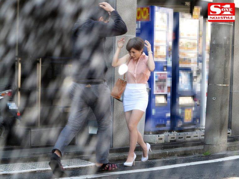 すみません、突然の雨で濡れてしまいまして… しかも、今日に限ってノーブラなんです…。 奥田咲